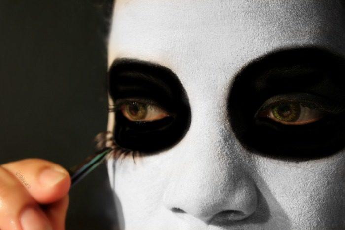 La máscara con el poso de café y la sal para la persona